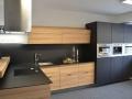 kuchyňská-linka-v-kombinaci-černé-a-dekoru-dřeva-1