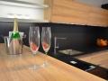 kuchyňská-linka-v-kombinaci-černé-a-dekoru-dřeva-2
