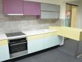 minimalistická-barevná-kuchyně-s-corianovou-pracovní-deskou-2